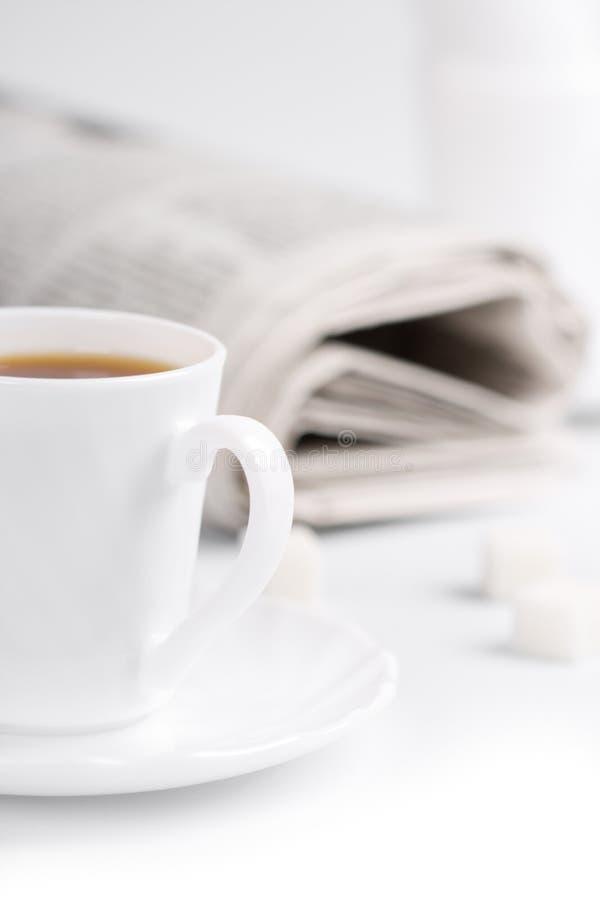 Kaffee, Zucker und Stapel Zeitungen stockfotografie