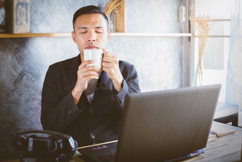 Kaffeebohne, die an einem Handy liegt lizenzfreies stockbild