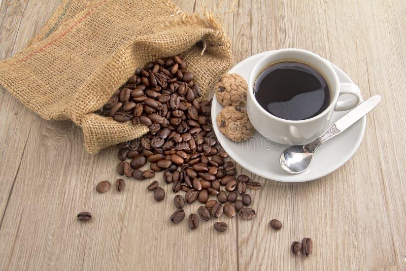 Kaffeebohne mit einer Schale kopi stockbild