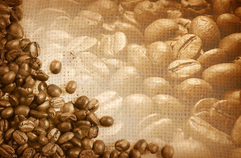 Kaffeebohnen als Hintergrund stockfotos