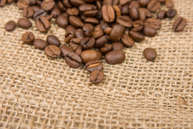 Kaffeebohnen auf Baumwolle lizenzfreie stockbilder