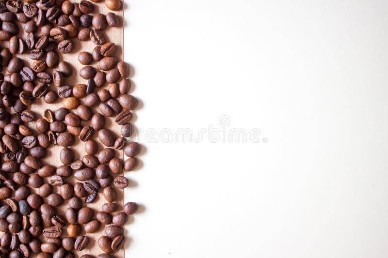 Kaffeebohnen auf braun Hintergrund stockfotos