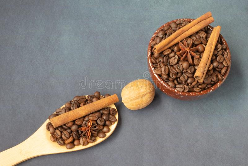 Kaffeebohnen auf dem Hintergrund stockfotos