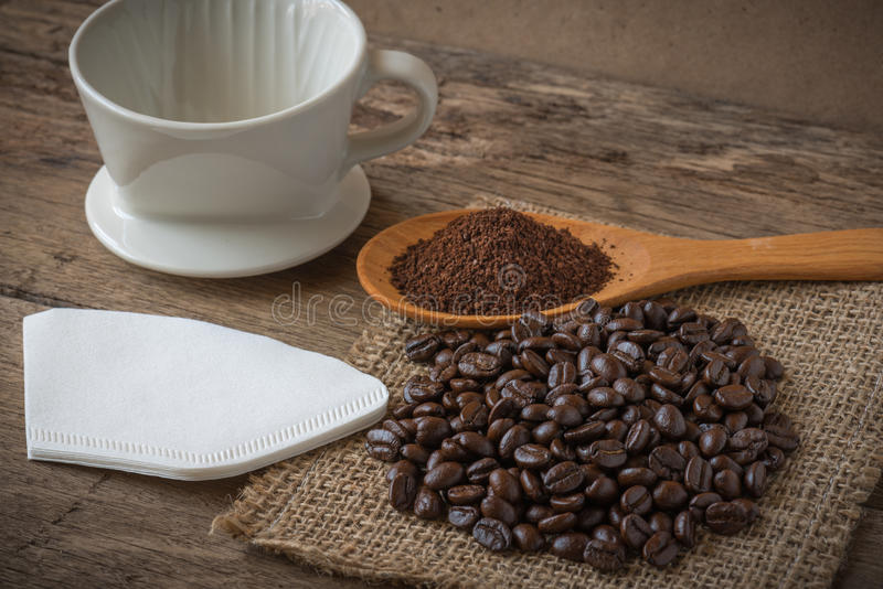 Kaffeebohnen auf dem Holz stockfotos