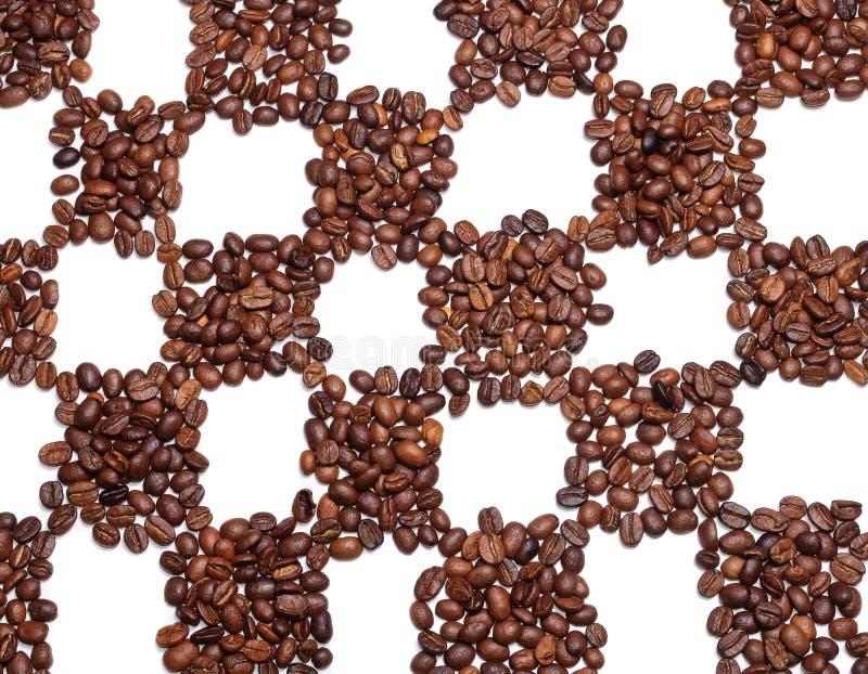 Kaffeebohnen auf dem Schachgebiet stockfotografie