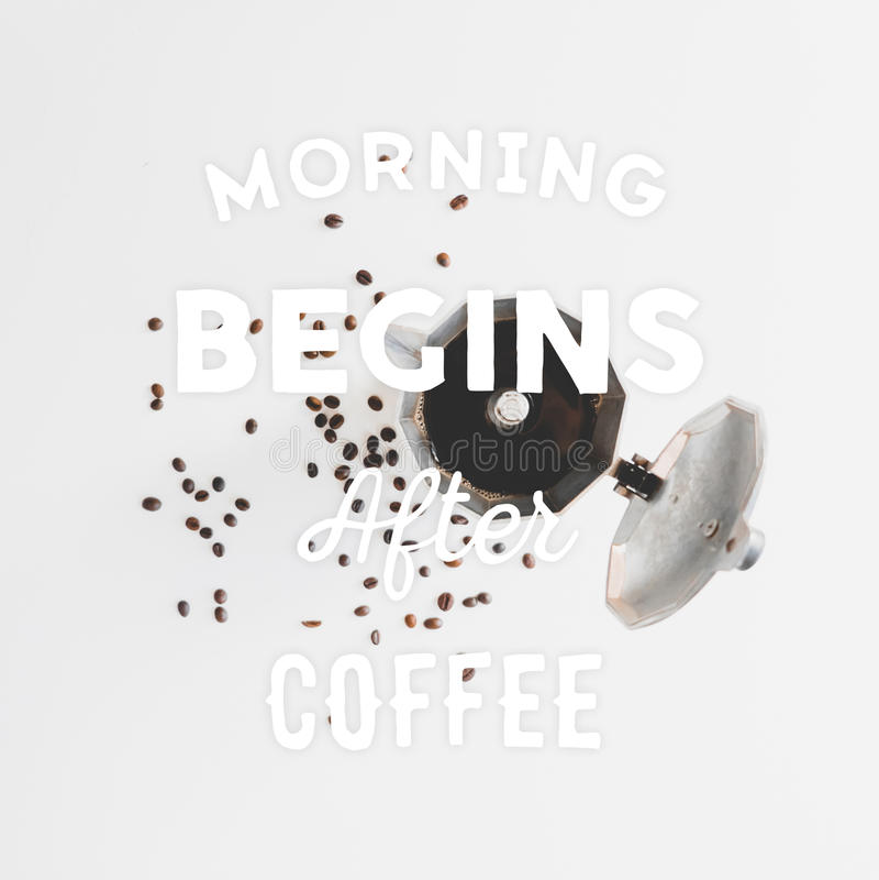 Kaffeebohnen auf dem Tisch zerstreut und Hand gezeichnetes Zitat lizenzfreies stockfoto