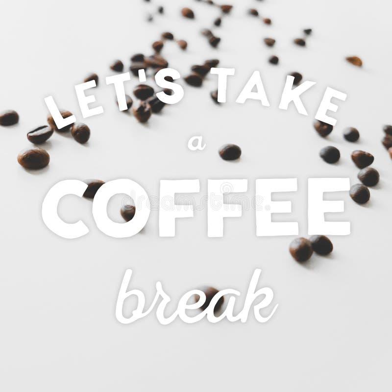 Kaffeebohnen auf dem Tisch zerstreut und Hand gezeichnetes Zitat stockbild