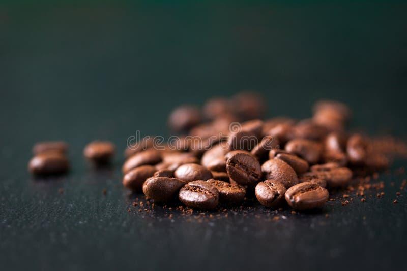 Kaffeebohnen auf einem hölzernen alten grünen Hintergrund stockfoto