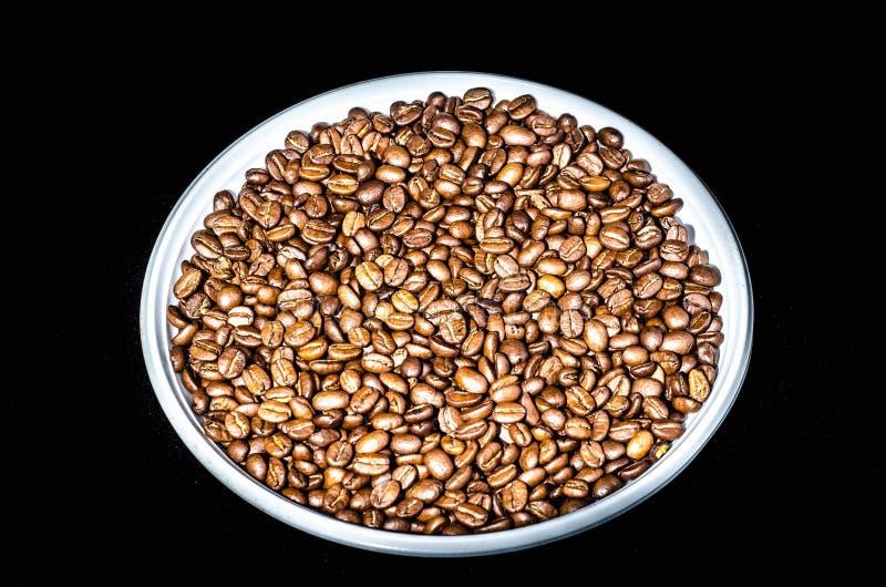 Kaffeebohnen auf einem Rondeabschlu? oben Getrennt auf schwarzem Hintergrund lizenzfreies stockfoto