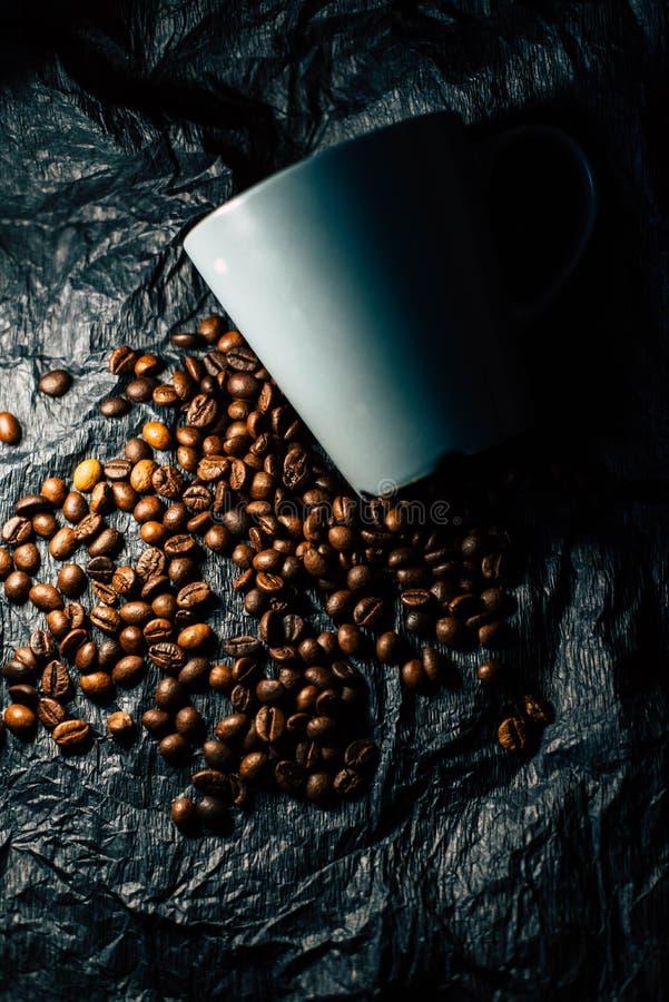 Kaffeebohnen auf einem schwarzen Hintergrund lizenzfreie stockfotos