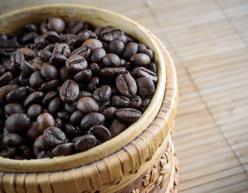 Kaffeebohnen auf hölzernem Hintergrund des Schmutzes lizenzfreie stockfotografie