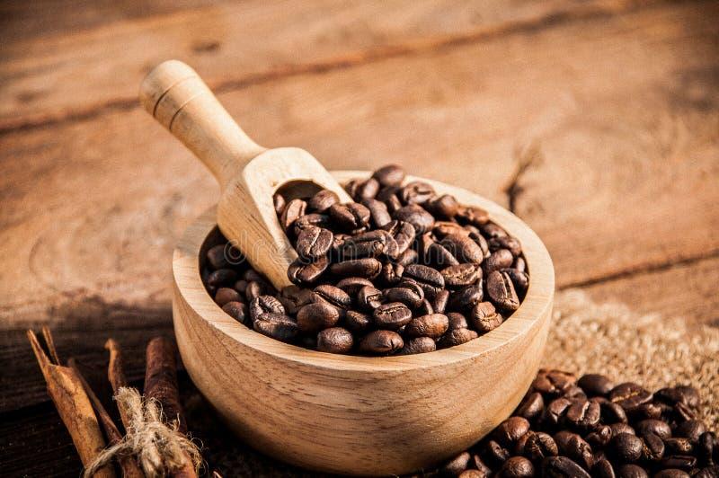 Kaffeebohnen auf Holztisch stockbild