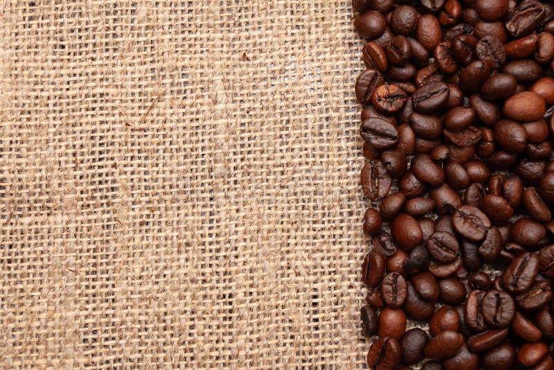Kaffeebohnen auf Leinwandhintergrund stockbild