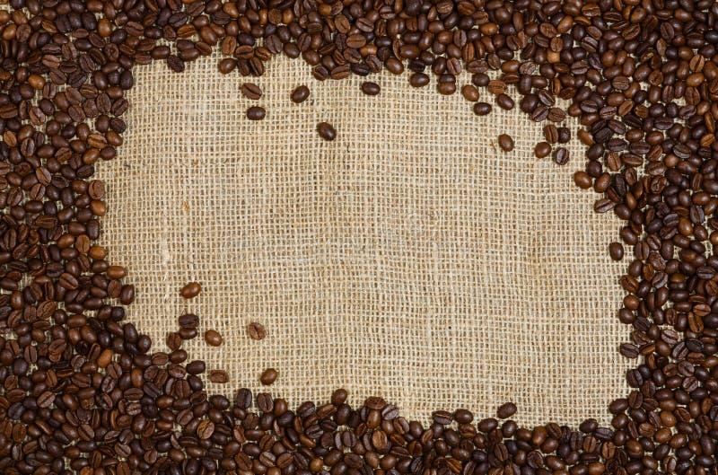 Kaffeebohnen auf Rausschmisshintergrund lizenzfreies stockbild