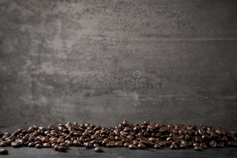 Kaffeebohnen auf rustikalem Metallgrauhintergrund lizenzfreie stockfotografie