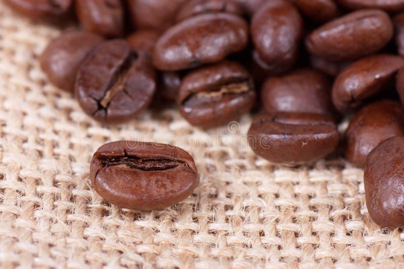 Kaffeebohnen auf Sack lizenzfreies stockbild