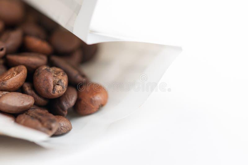 Kaffeebohnen auf wei?em Hintergrund Kopieren Sie Platz lizenzfreies stockfoto