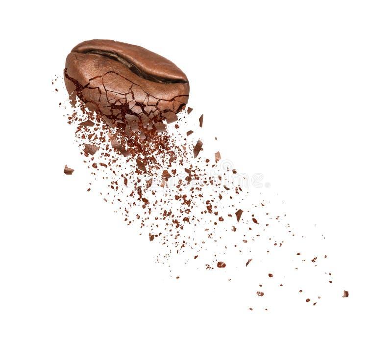 Kaffeebohnen brechen in die Pulvernahaufnahme, die auf Weiß lokalisiert wird stockbild