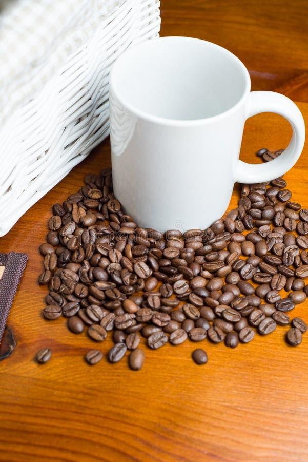 Kaffeebohnen, Cup und Korb stockfoto
