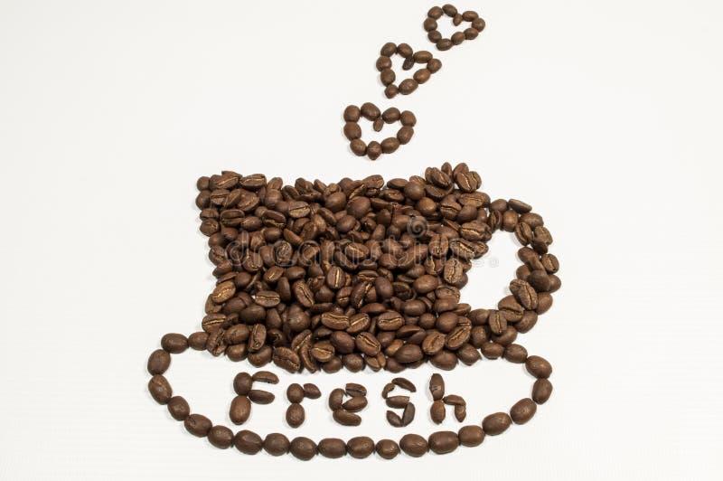 Kaffeebohnen in der Form eines Cup und des Saucer lizenzfreies stockfoto