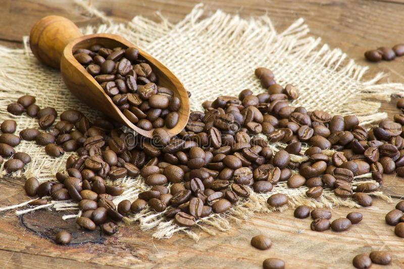 Kaffeebohnen in der hölzernen Schaufel lizenzfreies stockbild