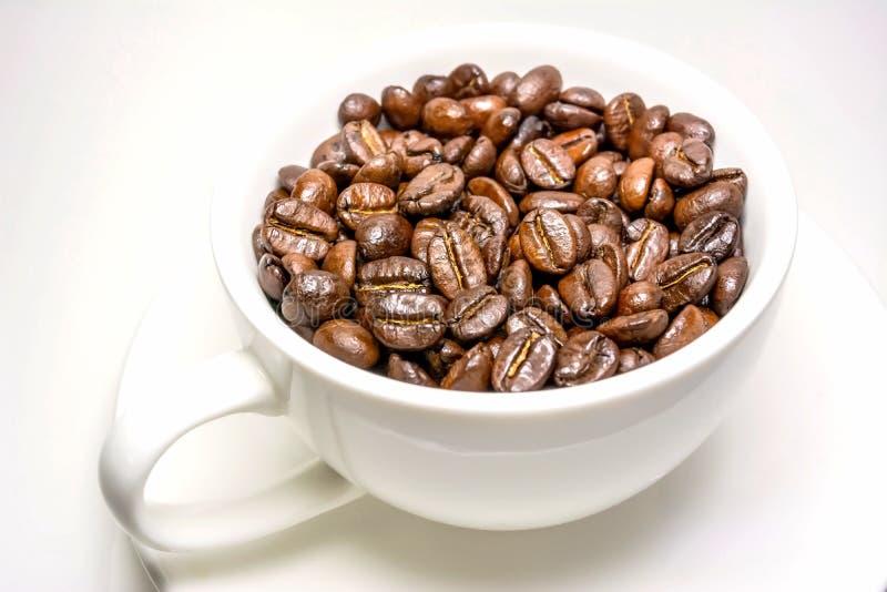 Kaffeebohnen in der Schale stockbild