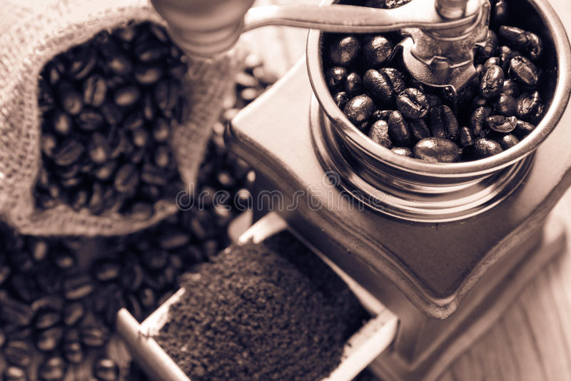 Kaffeebohnen in der Tasche und im Schleifer lizenzfreie stockfotos