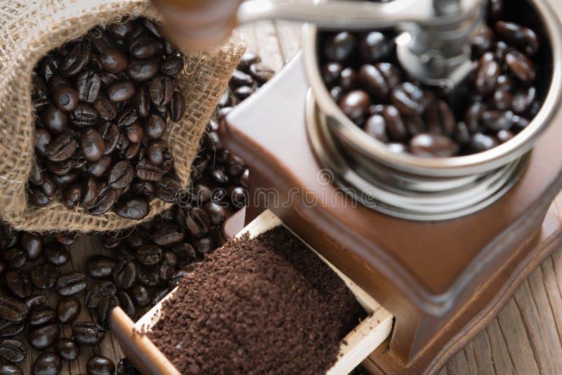 Kaffeebohnen in der Tasche und im Schleifer stockbilder