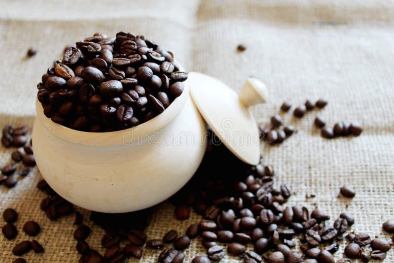 Kaffeebohnen in einem h?lzernen Topf lizenzfreie stockfotos