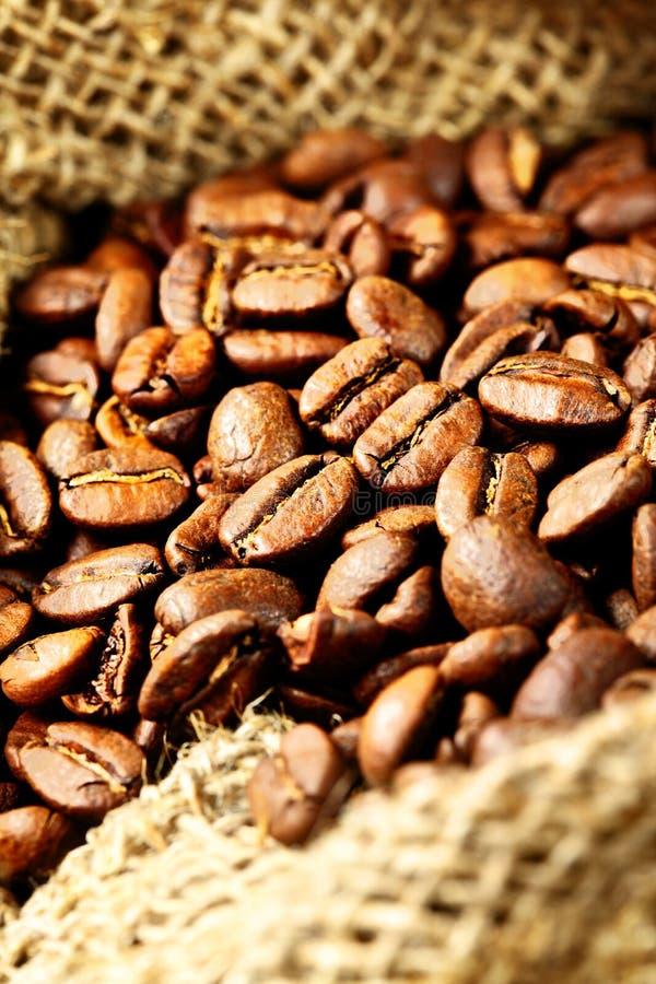 Kaffeebohnen in einem Sack stockbild