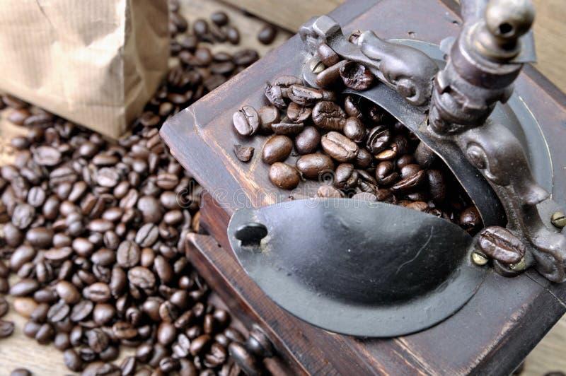 Kaffeebohnen in einer alten Mühle stockfotografie