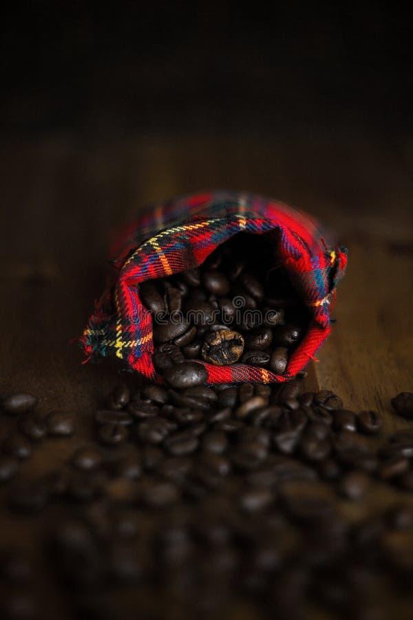 Kaffeebohnen in einer Stofftasche stockfotografie