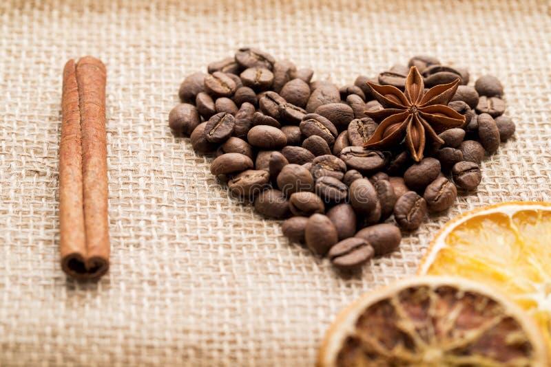 Kaffeebohnen für Hintergrund stockbild