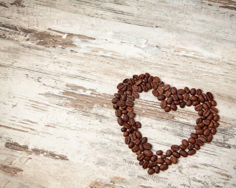 Kaffeebohnen in Form von Innerem auf einer Tabelle stockfotografie