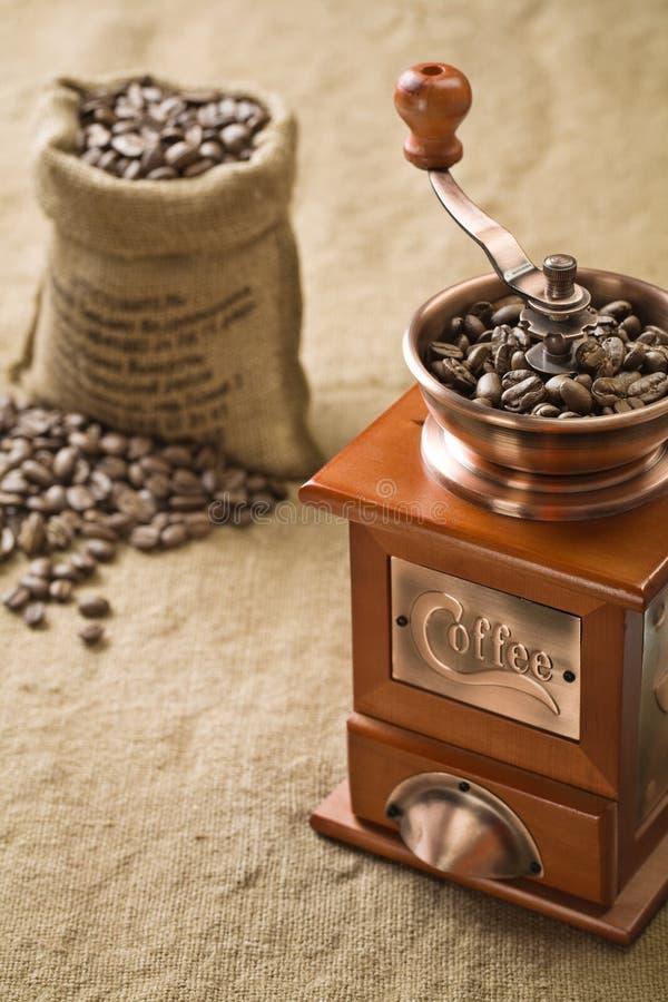 Kaffeebohnen im Beutel- und Kaffeeschleifer stockbild