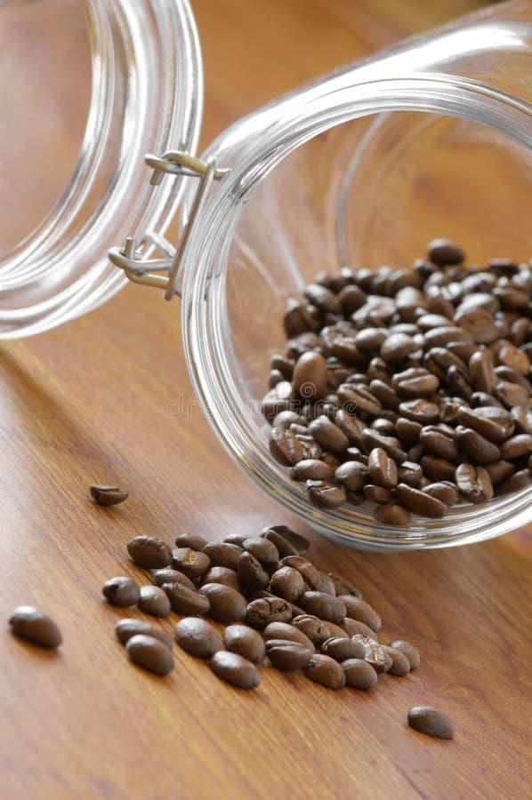 Kaffeebohnen im Glas lizenzfreie stockfotografie