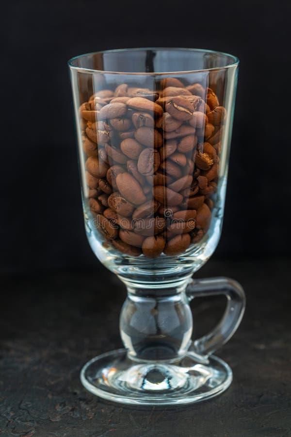 Kaffeebohnen im Glasbecher lizenzfreie stockbilder
