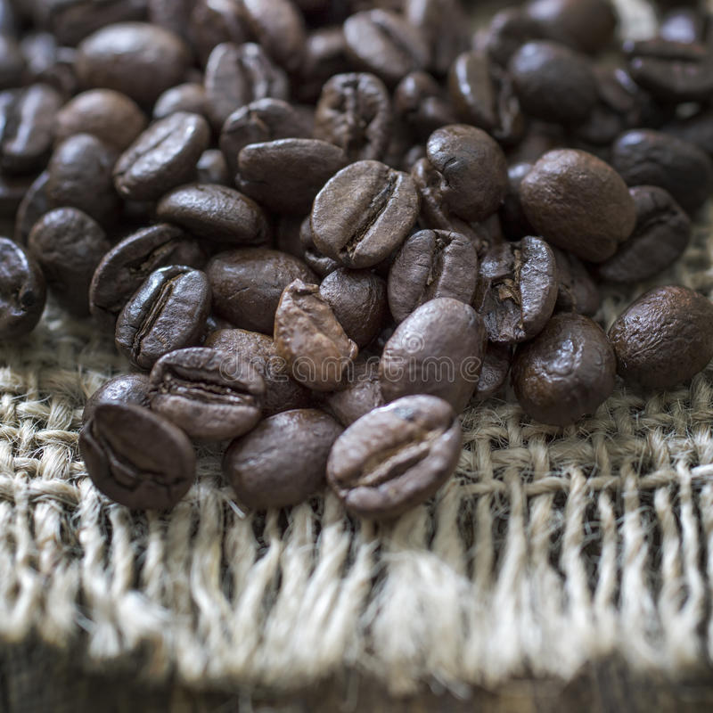 Kaffeebohnen im Leinwandsack stockbilder