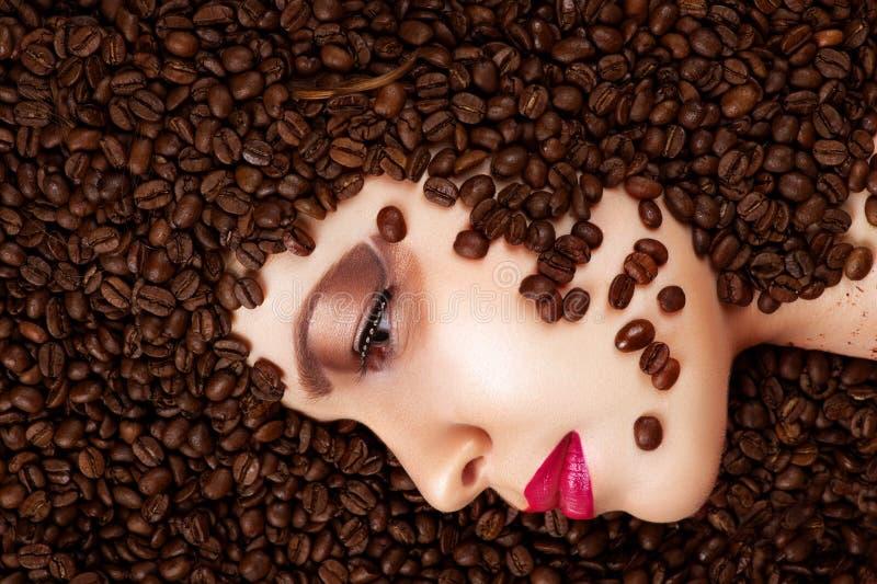 Kaffeebohnen im Schönheitsprofilgesicht stockbild