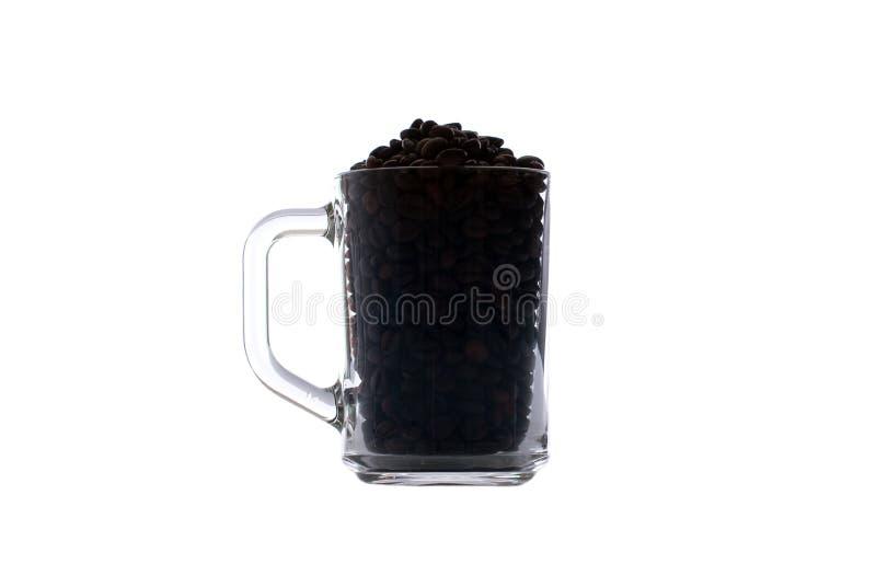 Kaffeebohnen im Schwarzen in einer Glasschale lokalisiert auf weißem backgroun lizenzfreie stockfotografie