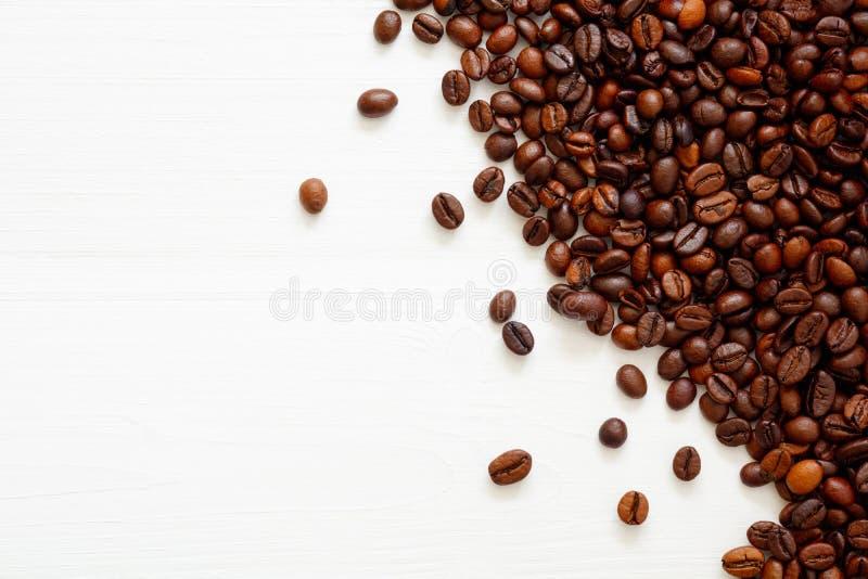 Kaffeebohnen lokalisiert auf wei?em Hintergrund mit Kopienraum f?r Text Kaffeehintergrund oder Beschaffenheitskonzept stockbilder