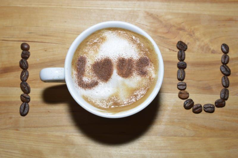 Kaffeebohnen mit Cappuccinoschale lizenzfreie stockfotografie
