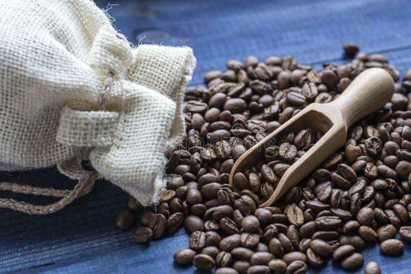 Kaffeebohnen mit hölzerner Schaufel lizenzfreie stockbilder