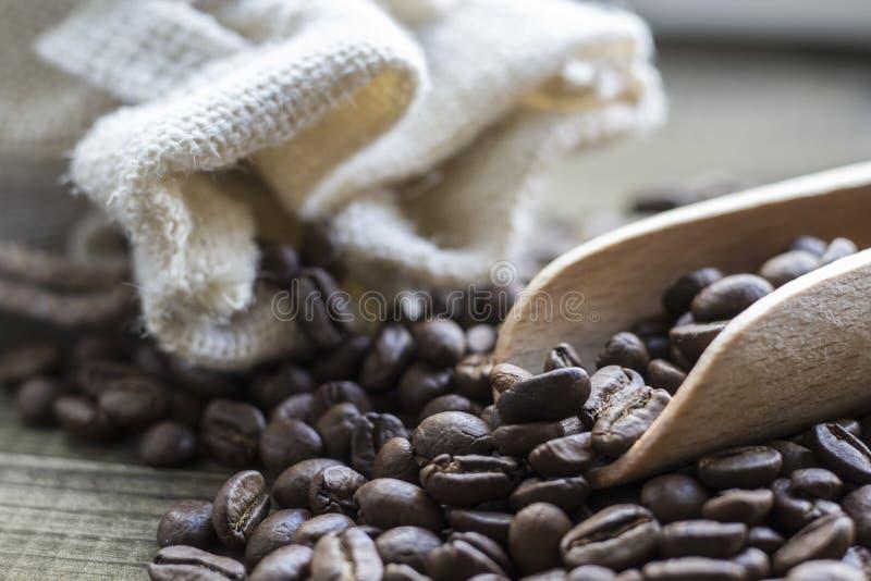 Kaffeebohnen mit hölzerner Schaufel stockbilder