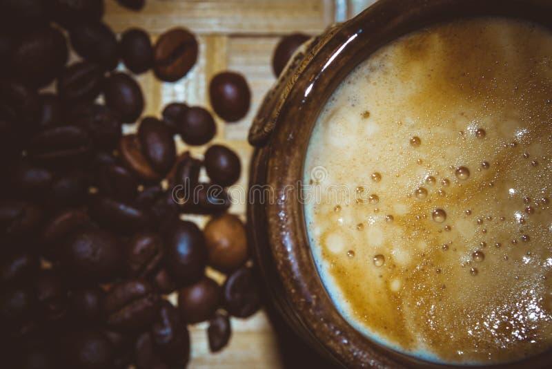 Kaffeebohnen und Anis und Schokolade, Cardamon, Zimt, Zucker lizenzfreies stockfoto