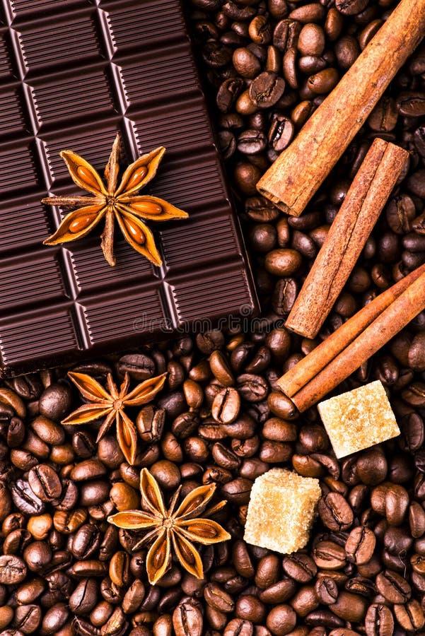 Kaffeebohnen und dunkle Schokolade mit Gewürzen lizenzfreies stockfoto