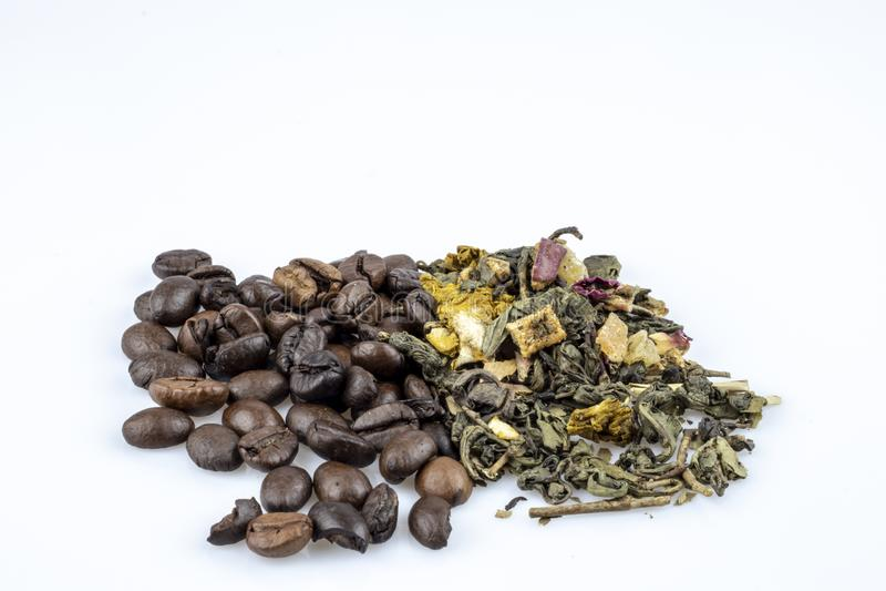 Kaffeebohnen und grüner loser Tee lokalisiert auf weißem Hintergrund stockfotos