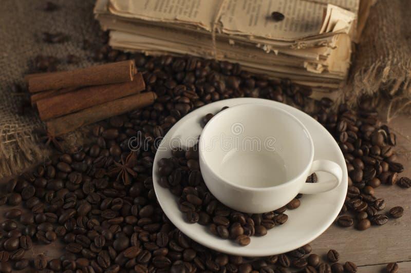 Kaffeebohnen und Kaffeetasse lizenzfreie stockbilder