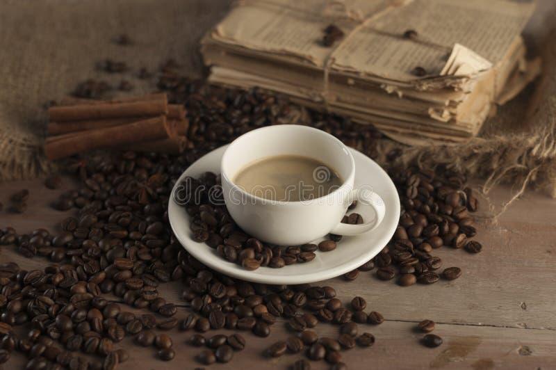 Kaffeebohnen und Kaffeetasse stockfoto