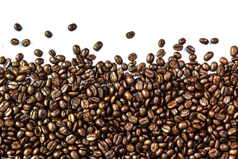 Kaffeebohnen und Kaffeetasse stockfotos